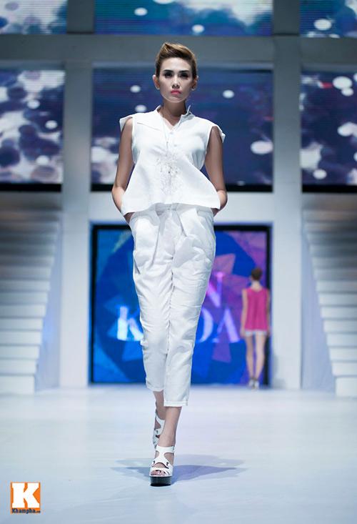 Hoàng Yến, Ngọc Hân đọ dáng trên sàn catwalk - 1