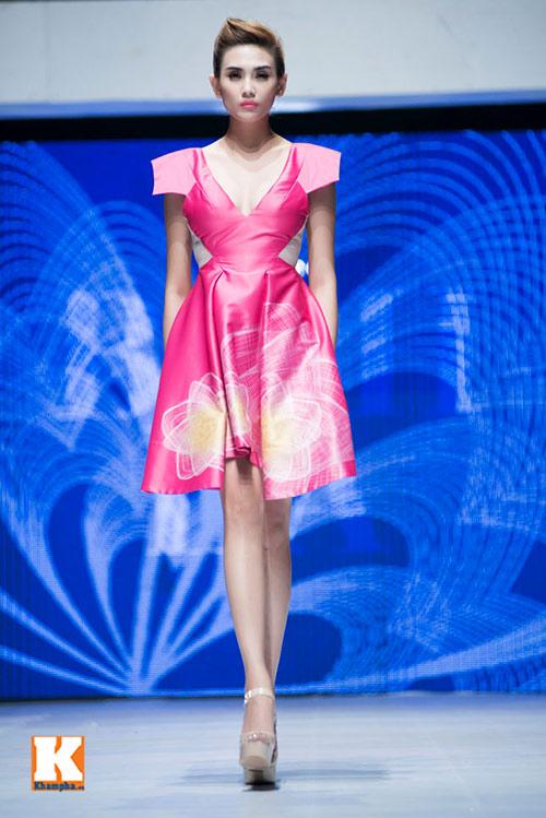 Hoàng Yến, Ngọc Hân đọ dáng trên sàn catwalk - 3