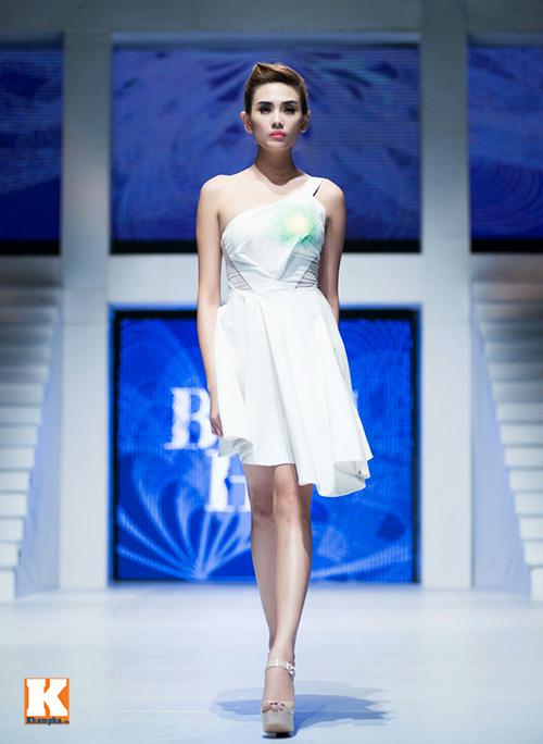 Hoàng Yến, Ngọc Hân đọ dáng trên sàn catwalk - 5