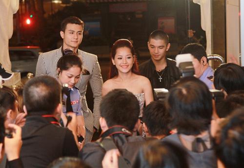 """Hoàng Thùy Linh """"đối đầu"""" Chi Pu - 3"""