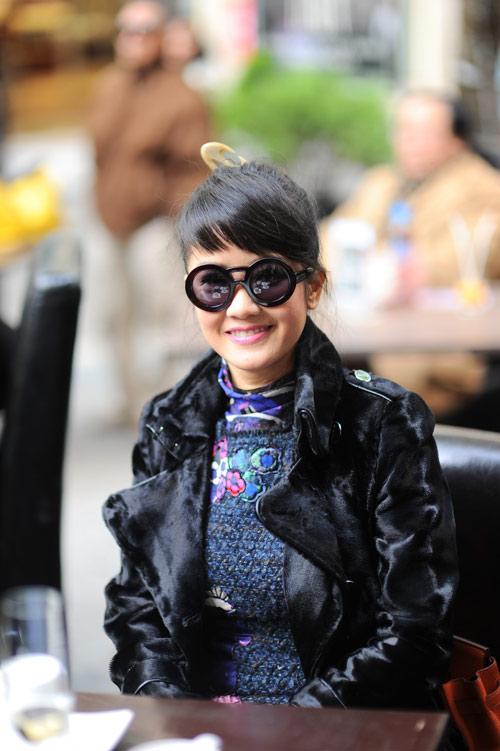 Hồng Nhung đeo kính mắt tròn dễ thương - 1