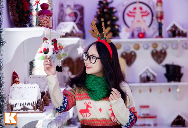 Cô thích thú chọn những món quà lưu niệm để tặng người thân nhân dịp Giáng sinh