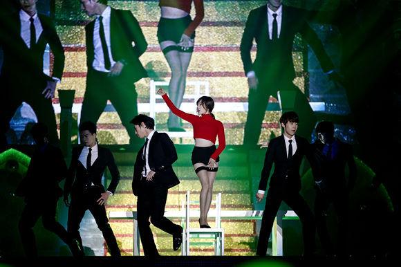 """Thành viên SNSD """"thoát y"""" trên sân khấu - 10"""