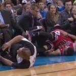 """Thể thao - Video: Cầu thủ """"đốn giò"""" trọng tài"""