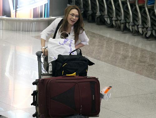Ông già Noel vây kín sân bay đón Mỹ Tâm - 3