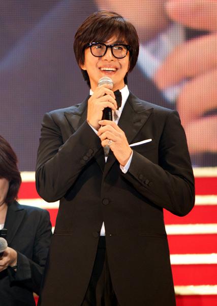 Ồn ào bạn gái Bae Yong Joon từng kết hôn - 1