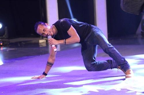 Anh Khoa lăn lộn trên sân khấu - 12