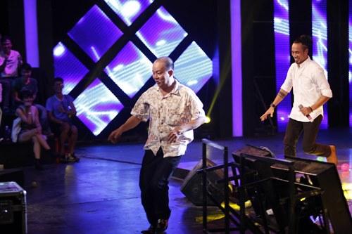 Anh Khoa lăn lộn trên sân khấu - 3