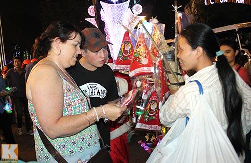 Hà Nội, TPHCM tràn ngập không khí đêm Noel - 11