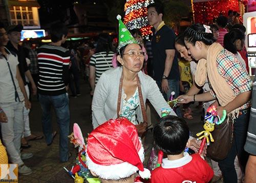 Hà Nội, TPHCM tràn ngập không khí đêm Noel - 14