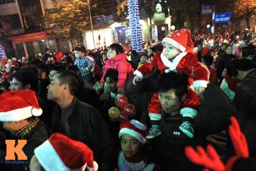 Hà Nội, TPHCM tràn ngập không khí đêm Noel - 5
