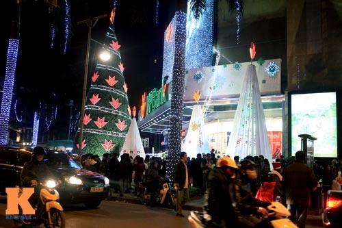 Hà Nội, TPHCM tràn ngập không khí đêm Noel - 4