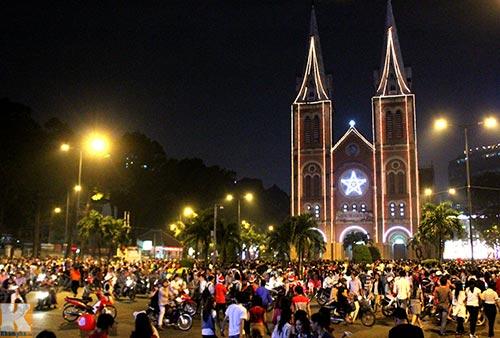 Hà Nội, TPHCM tràn ngập không khí đêm Noel - 9