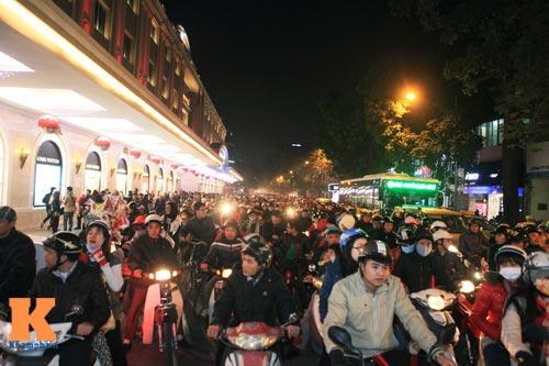 Hà Nội, TPHCM tràn ngập không khí đêm Noel - 8