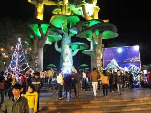 Hà Nội, TPHCM tràn ngập không khí đêm Noel - 23
