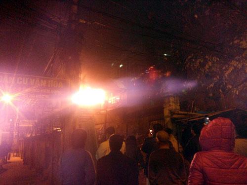 Đêm Noel, lửa dữ dội hỏi thăm nhà 3 tầng ở HN - 1