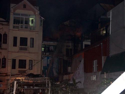 Đêm Noel, lửa dữ dội hỏi thăm nhà 3 tầng ở HN - 3
