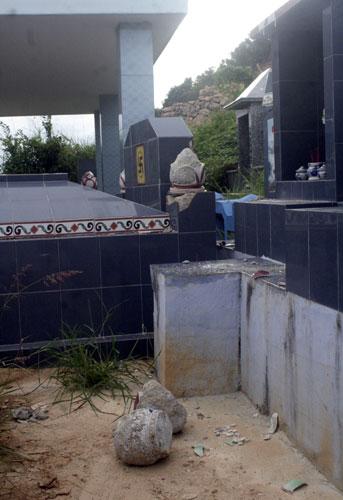 Hàng chục ngôi mộ bị đập phá trong đêm - 2