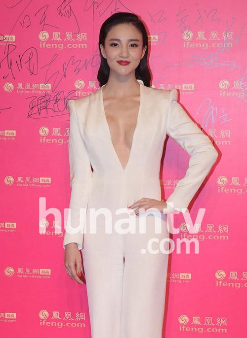 Người đẹp Trung Quốc mặc trang phục phản cảm - 2