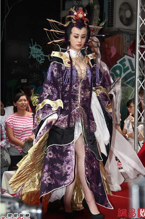 Người đẹp Trung Quốc mặc trang phục phản cảm - 8