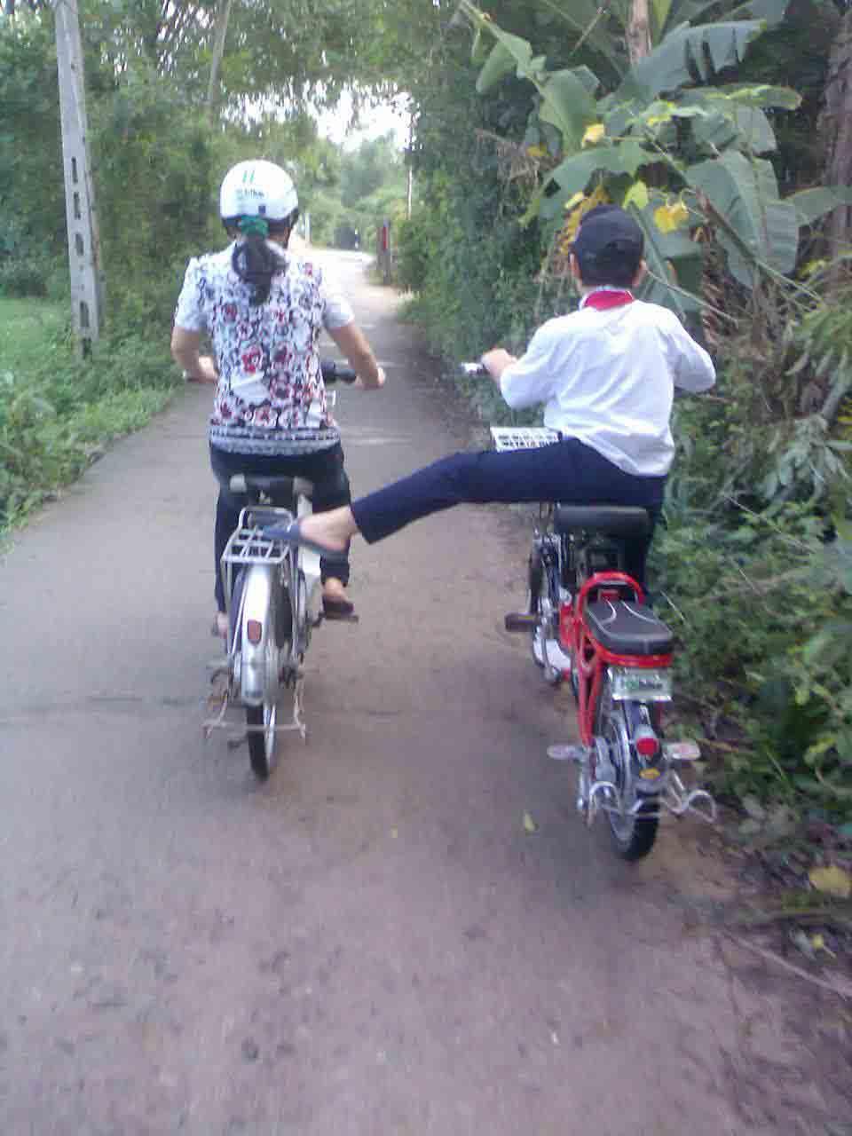"""Chùm ảnh: Học sinh """"diễn xiếc"""" trên xe đạp điện - 6"""