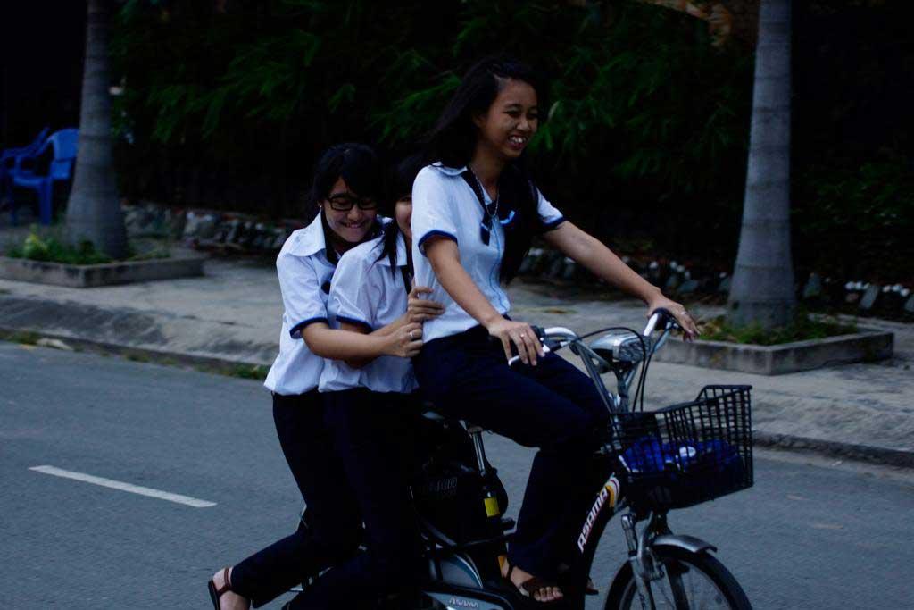 """Chùm ảnh: Học sinh """"diễn xiếc"""" trên xe đạp điện - 10"""