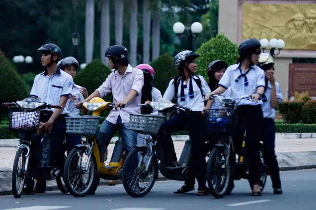 """Chùm ảnh: Học sinh """"diễn xiếc"""" trên xe đạp điện - 13"""