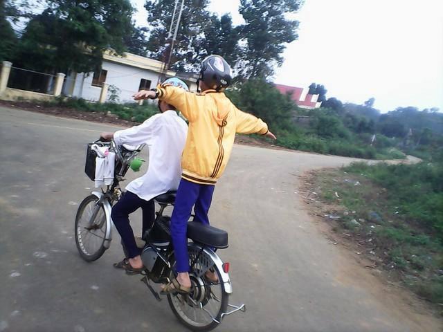 """Chùm ảnh: Học sinh """"diễn xiếc"""" trên xe đạp điện - 2"""