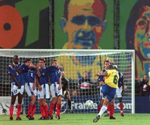 """Roberto Carlos&cú đá phạt """"ma thuật"""" (Kỳ 2) - 1"""