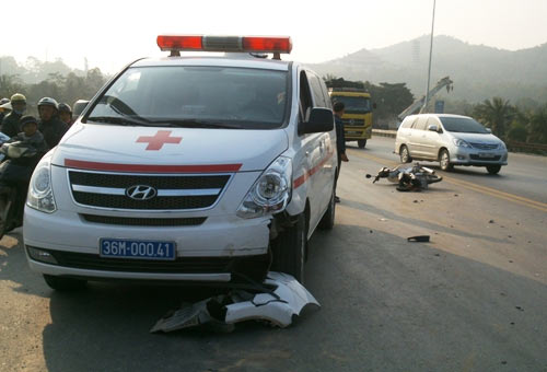 Đấu đầu xe cấp cứu, một người trọng thương - 1