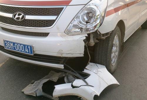 Đấu đầu xe cấp cứu, một người trọng thương - 3
