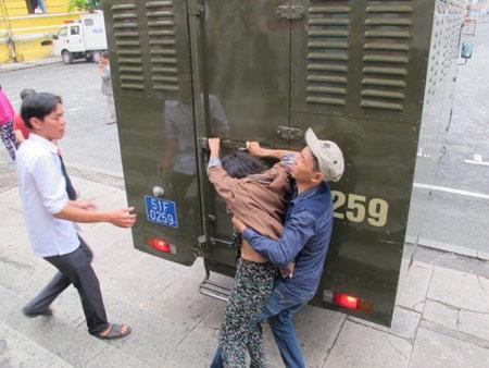 Người nhà kẻ chặt tay cướp SH đánh luật sư