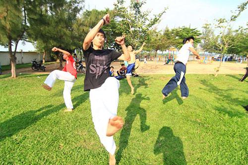 Giới trẻ Sài Gòn thích thú phi thân trên không - 1
