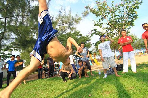 Giới trẻ Sài Gòn thích thú phi thân trên không - 10