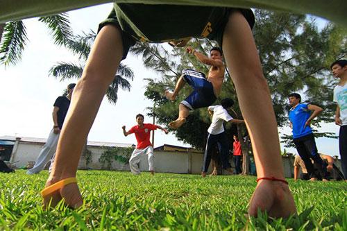 Giới trẻ Sài Gòn thích thú phi thân trên không - 2