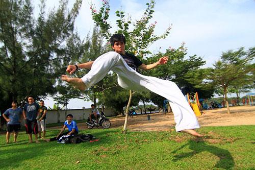 Giới trẻ Sài Gòn thích thú phi thân trên không - 3