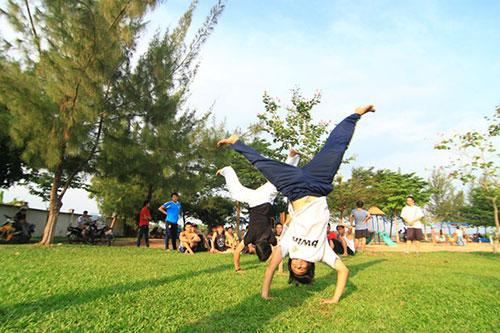 Giới trẻ Sài Gòn thích thú phi thân trên không - 4