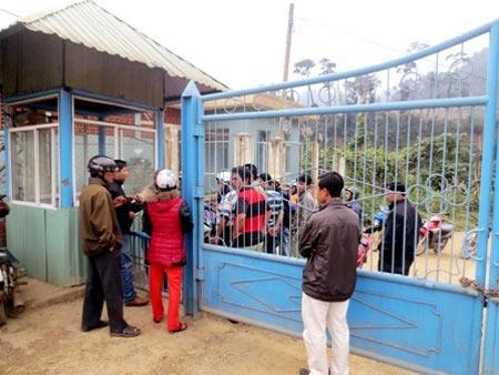 Gần 200 người vây nhà máy vàng đòi nợ - 1