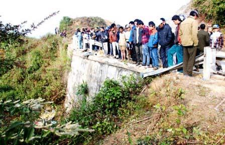 Xe khách chở 33 người lao xuống vực sâu 70m - 2