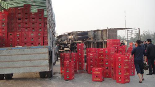 Hà Tĩnh: Lật xe chở bia, người dân không hôi của - 1