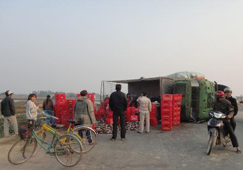 Hà Tĩnh: Lật xe chở bia, người dân không hôi của - 2