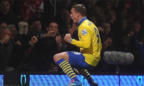 Podolski-Walcott kéo Pháo trở lại ngôi đầu - 1