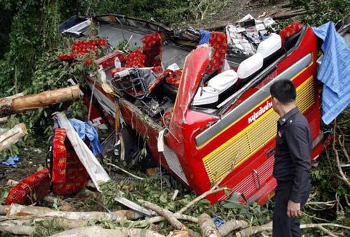 Thái Lan: Xe bus lao xuống vực, 32 người chết - 2