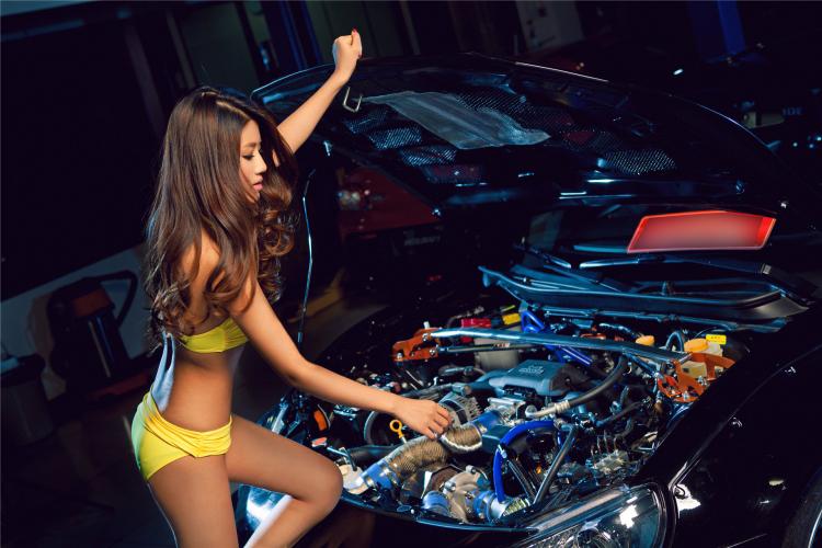 """Bikini vàng """"thiêu đốt"""" bên xế độ Toyota - 7"""