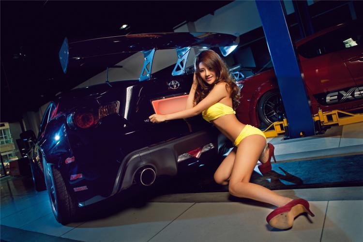 """Bikini vàng """"thiêu đốt"""" bên xế độ Toyota - 14"""