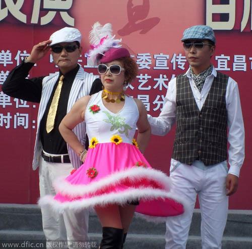 TQ: Người mẫu U50 diện váy hồng chóe như gái 18