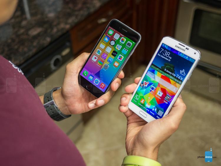 Samsung Galaxy S5 với thiết kế bo trong góc mềm mại cùng chất liệu vỏ nhựa có các lỗ nhỏ ở mặt lưng giúp độ bám điệu thoại cao hơn cùng nhiều mà sắc cho người dùng lựa chọn, chất liệu vỏ nhựa cao cấp có thể uốn cong giúp Galaxy S5 có trọng lượng nhỏ, vỏ chắc chắn cùng độ dày 8mm khó bị biến dạng hơn so với vỏ nhôm tuy nhiên lại không toát lên vẻ sang trọng đẳng cấp cho sản phẩm.
