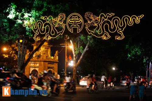Hồ Gươm rực sáng mừng kỉ niệm 60 năm giải phóng Thủ đô - 3
