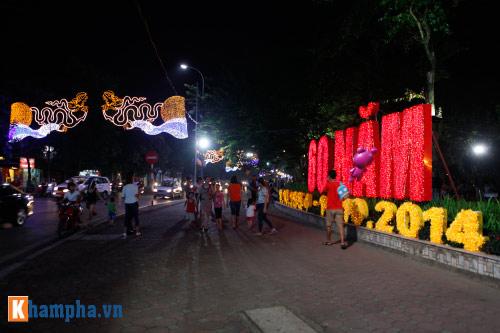 Hồ Gươm rực sáng mừng kỉ niệm 60 năm giải phóng Thủ đô - 4