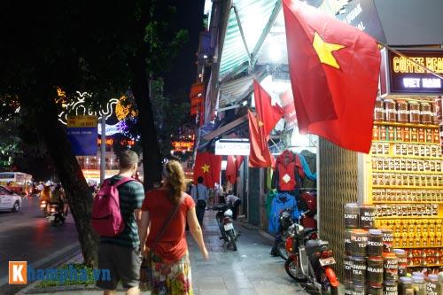 Hồ Gươm rực sáng mừng kỉ niệm 60 năm giải phóng Thủ đô - 18